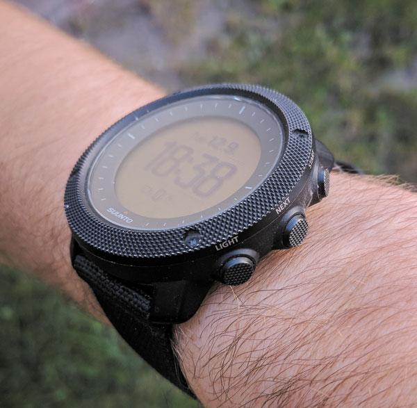 Часы хорошо сидят на руке, и даже через полгода интенсивного ношения сохранили аккуратный внешний вид
