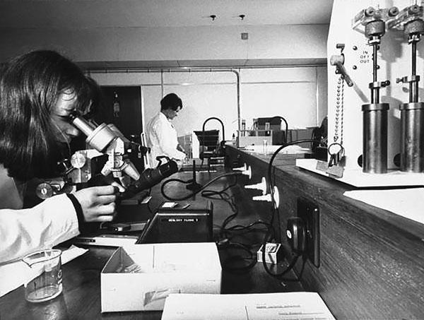 В криминалистической лаборатории Скотленд-Ярда