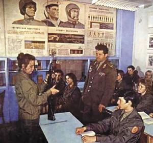 На уроке начальной военной подготовки (СССР, 1980-е)
