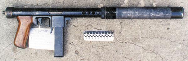 Ранняя модель пистолета-пулемета с неинтегрированным глушителем