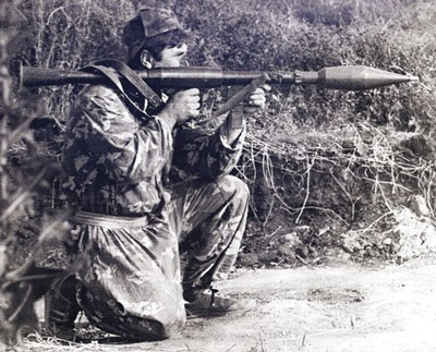 Приднестровский ополченец с гранатометом местного изготовления (1992 г.). Тот же клон РПГ-7, но с накладками ствола