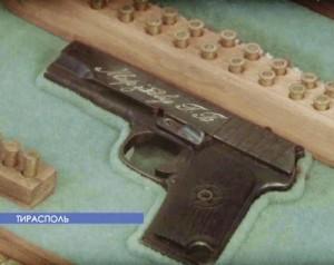 Уменьшенная копия ТТ— подарок Мирзоеву Г.Б., выставленный в музее ТЮИ МВД ПМР (из телерепортажа)