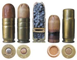 Полицейский дробовой патрон обр. 1925г., армейский дробовой патрон М12, его разрез и пуля (в центре), и дробовой патрон М15 (справа)