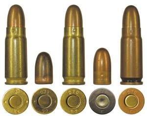 Стальные латунированные гильзы 1950-1952 гг. с пулями П и Пст в сравнении со штатным патроном в биметаллической гильзе