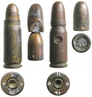 Ранние варианты юго-славских учебных патронов: слева— самодельный патрон, состоящий из стреляной гильзы и двух стреляных пуль; справа — мелкосерийный патрон, состоящий из гильзы с двумя сквозными отверстиями, боевой пули и пластилина внутри гильзы для имитации массы порохового заряда. На дульце гильзы выполнена мощная кольцевая обжимка, препятствующая осаживанию пули вниз