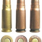 Китайские боевые патроны 7,62х25ТТ, изготовленные заводами № 11 и 947 (слева — патрон раннего выпуска с латунной гильзой)
