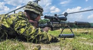 Канадский снайпер с винтовкой McMillan TAC-50 возглавляет таблицу снайперских рекордов. А всего канадцев в ней — трое из пяти!