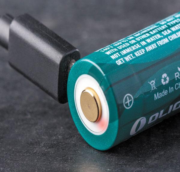 Фонарь работает от новых аккумуляторов 16340 с micro-USB разъемом
