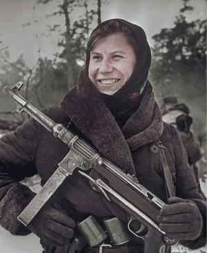 Белорусская партизанка Настя строфейным MP38, 1943 г.