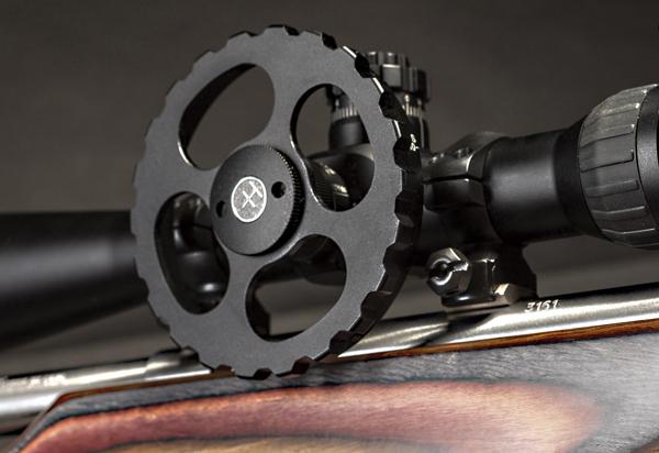 Большое колесо регулировки параллакса позволит точно измерить дистанцию до цели, а чувствительный спусковой механизм Savage Accutrigger — произвести точный выстрел