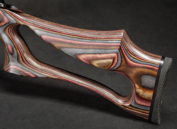 Форма приклада нетипична, но на практике оказывается очень удобной для стрельбы с рук
