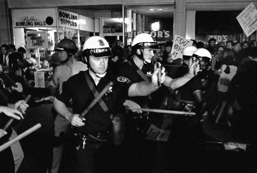 Полицейские Окленда используют газовые баллончики во время демонстрации «Stop the draft week» (16 октября 1967 г.)